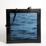 grand cabas en cuir veau noir et tissage jacquard de soie motif eau d'Halong bleu moyen et coton noir