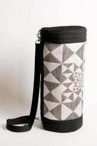 cylindre de tissus jacquard motif zyx/perspective en fil de rayonne noir et blanc entouré de tissus de polyester noir à fine rayures blanches