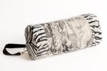 cylindre en tissus jacquard motif portrait/zyx de fil de mérinos noir de coton crème entouré de velours zébré