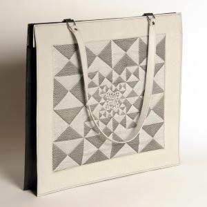 Portfolio de cuir de buffle gris perle et veau noir, jacquard de fil réflectif gris et coton noir, motif Zyx/perspective