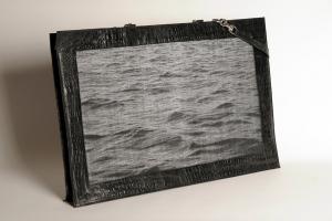Grand portfolio réflectif en cuir de vache façon croco et jacquard de fil réflectif et coton noir, motif eau d'Halong