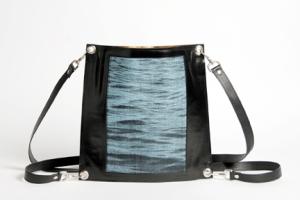 Sac enveloppe en cuir noir et tissage jacquard motif eau d'Halong, fil de soie bleu pâle et coton noir, attachage bandoulière ou sac à dos