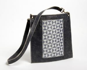 Sac enveloppe en cuir bleu vintag et tissage jacquard motif logo zyx, en fil de nylon bleu et coton crème