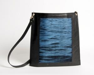 Enveloppe à bandoulière en cuir noir et tissage jacquard de soie bleu moyen et coton noir