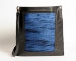 Enveloppe à bandoulière en cuir noir et tissage jacquard de soie bleu cobalt et coton noir